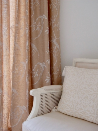 Classy colibri on sand tones and sea blue accents | Interior decoration | Seaside home